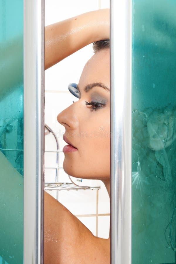Женщина принимая ливень стоковое изображение rf