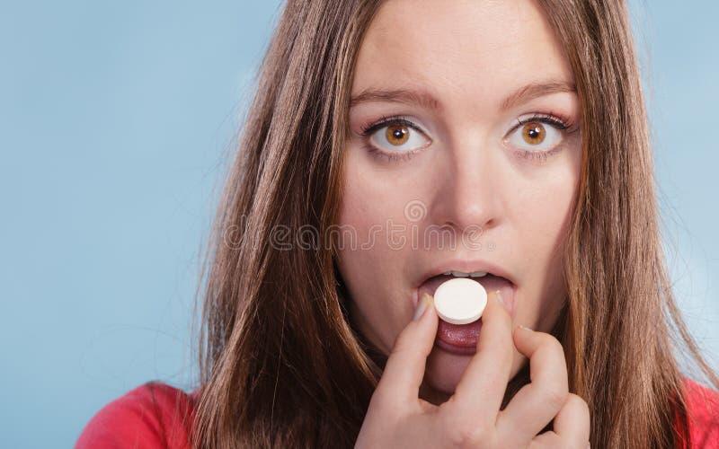 Женщина принимая дополнение витамин C здоровье внимательности рукояток изолировало запаздывания стоковые изображения