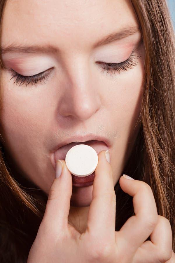Женщина принимая таблетку пилюльки анальгетика здоровье внимательности рукояток изолировало запаздывания стоковое фото rf