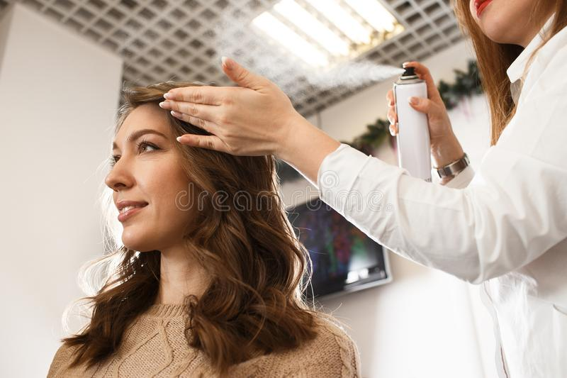 Женщина принимая удовольствие ее новой прически стоковая фотография rf