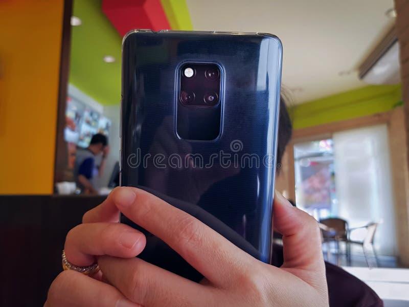 Женщина принимая фото используя камеру на мобильном телефоне с выборочным фокусом стоковая фотография rf