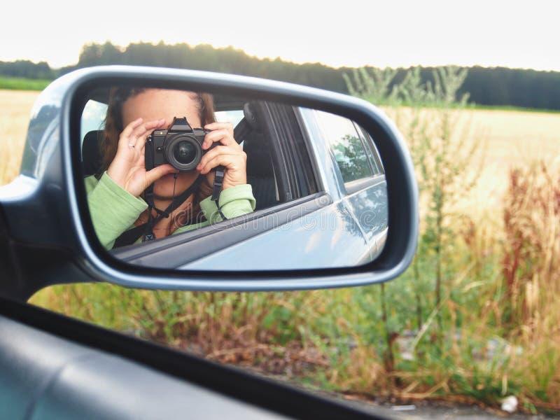 Женщина принимая Selfie в зеркале автомобиля стоковое изображение rf