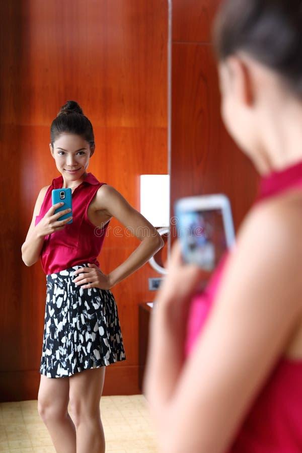 Женщина принимая selfie обмундирования моды в зеркале стоковые изображения rf