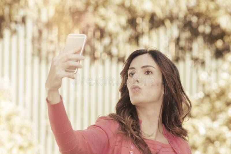 Женщина принимая selfie стоковое изображение