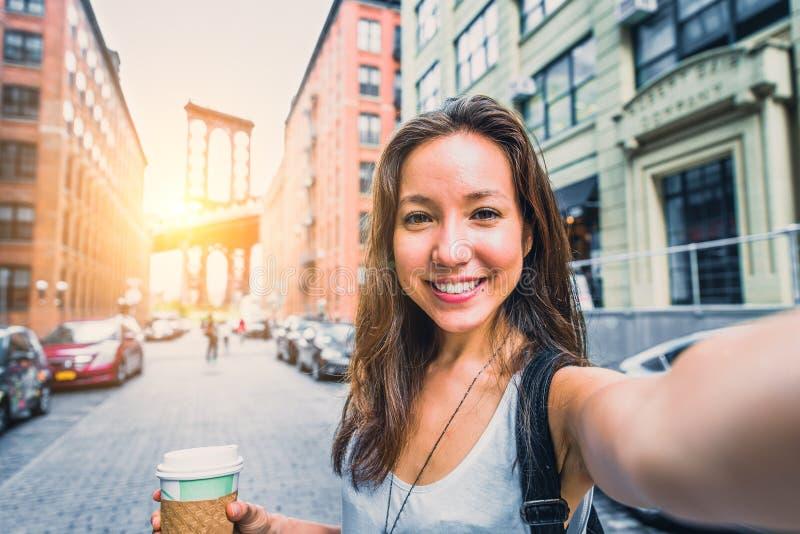 Женщина принимая selfie стоковые фото