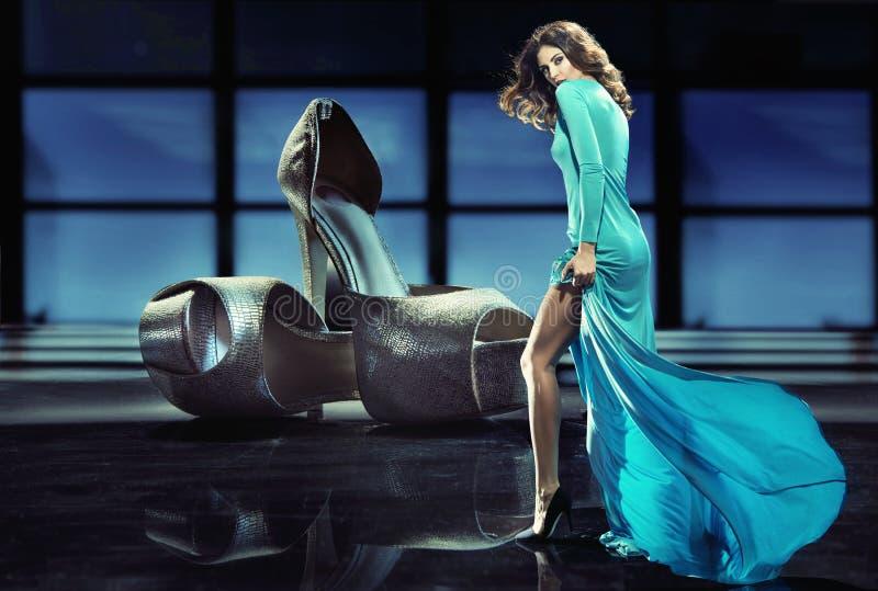 Женщина пристрастившийся к ботинкам высоко-пятки стоковое фото rf