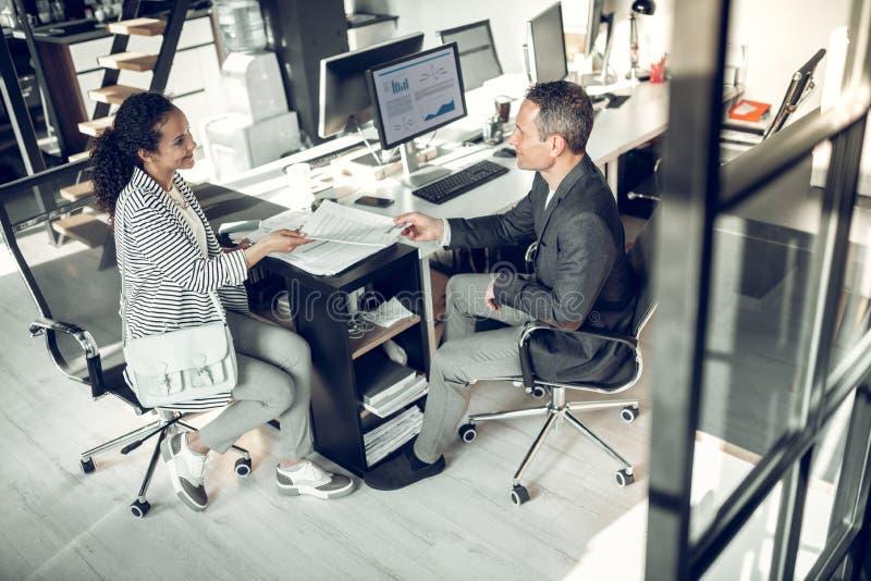 Женщина приходя к собеседованию для приема на работу к зажиточному бизнесмену стоковое изображение rf