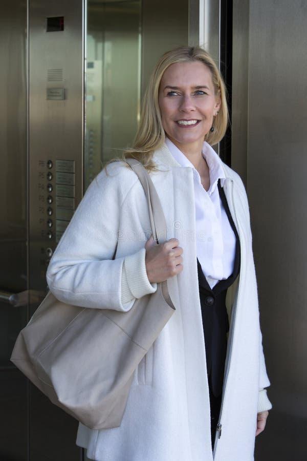 Женщина приходя из лифта стоковые фотографии rf