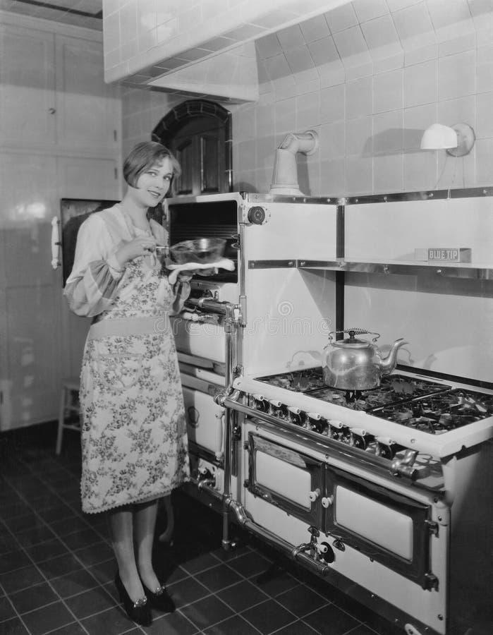 Женщина при большая плита держа лоток стоковые изображения rf