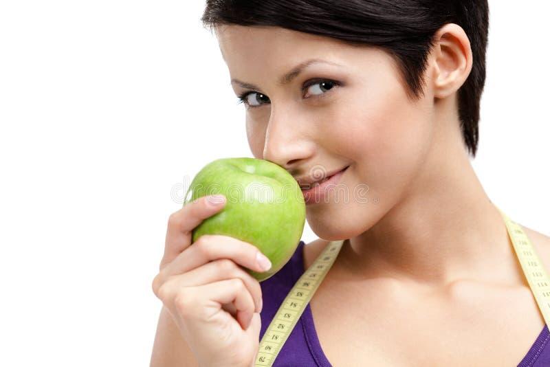 Женщина при гибкий правитель есть здоровый плодоовощ стоковые изображения rf