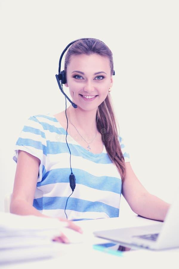 Женщина при документы сидя на столе стоковое изображение rf