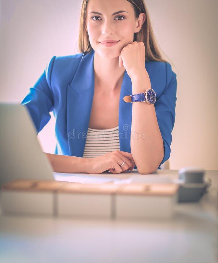 Женщина при документы сидя на столе стоковое фото