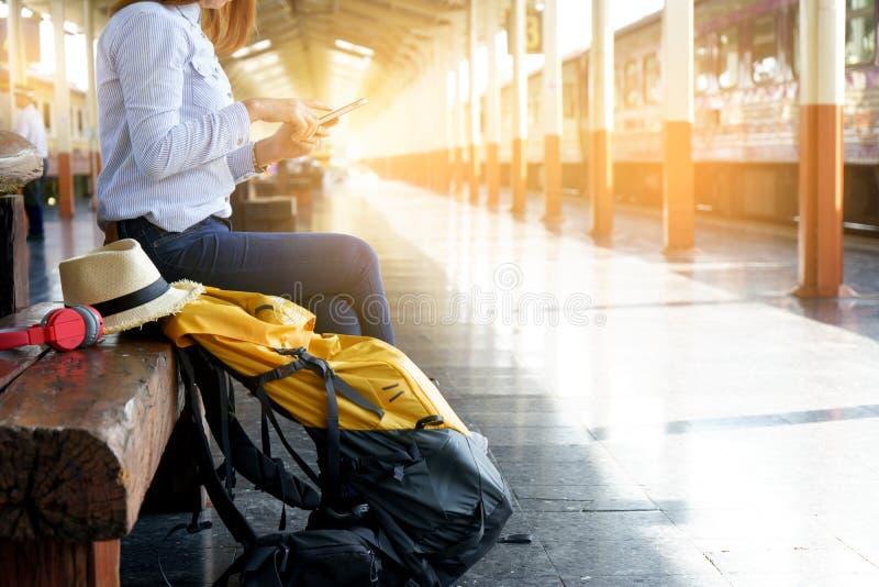 женщина при ее рюкзак сидя в вокзале стоковая фотография