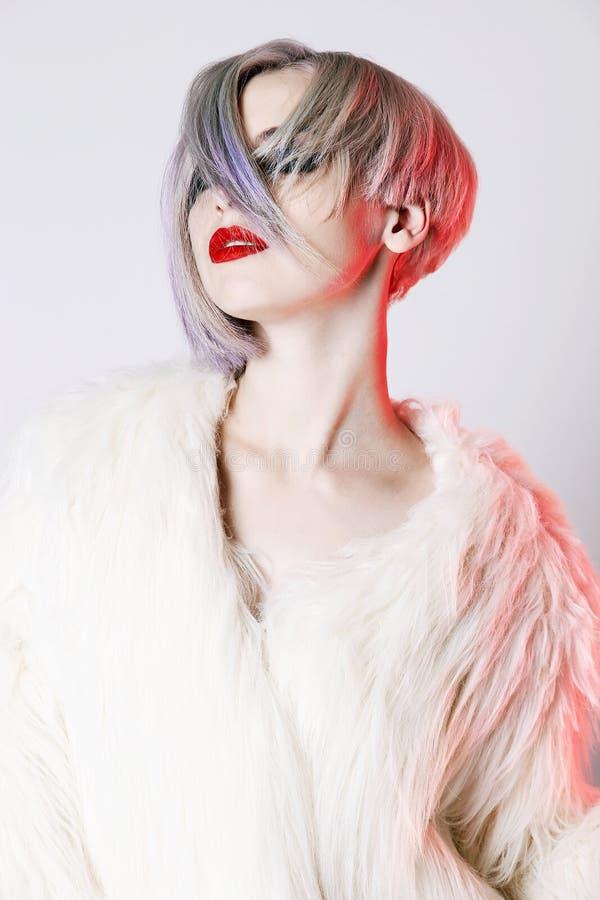 Женщина при красочный стиль причёсок, одетый в мехе стоковая фотография