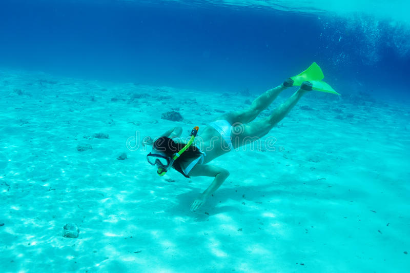 Женщина при маска snorkeling стоковая фотография rf