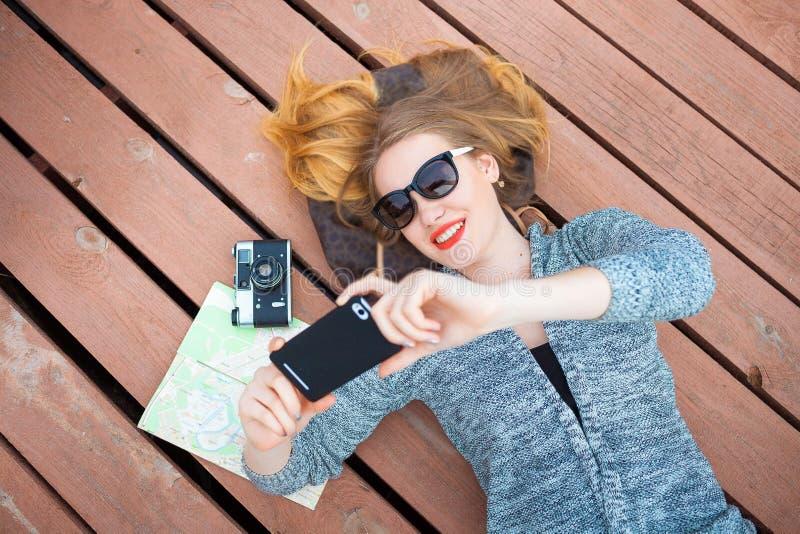 Женщина при мобильный телефон принимая фото стоковое фото rf