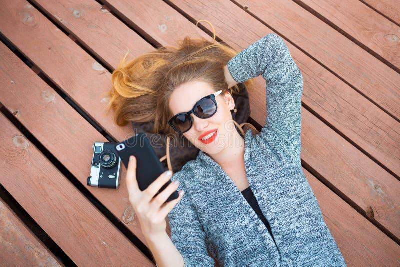 Женщина при мобильный телефон принимая фото стоковые фотографии rf