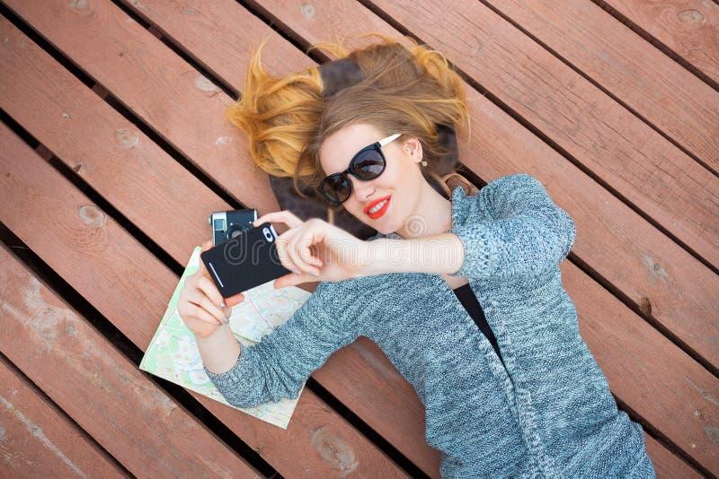 Женщина при мобильный телефон принимая фото стоковая фотография rf