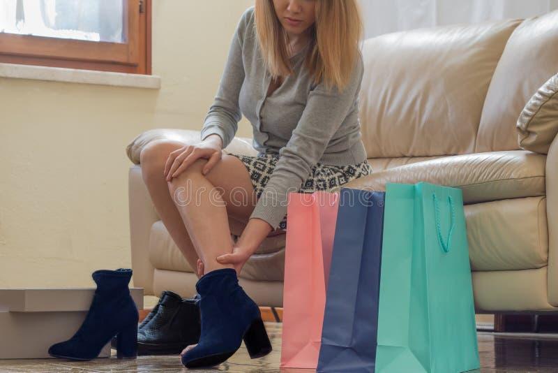 Женщина при новые ботинки ушибая ее ногу стоковое фото rf