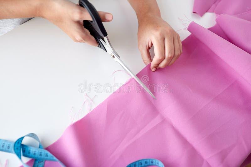 Женщина при ножницы портноя режа вне ткань стоковые изображения rf