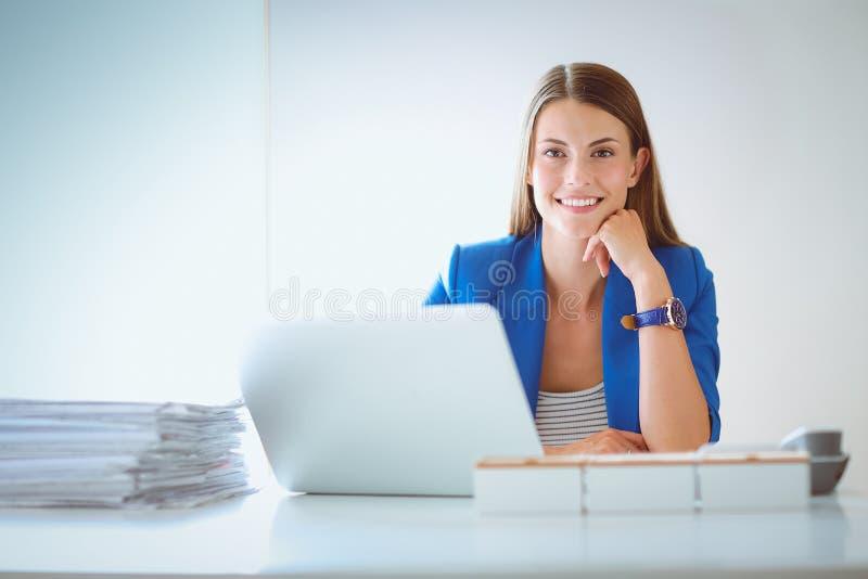 Женщина при документы сидя на столе стоковые фотографии rf
