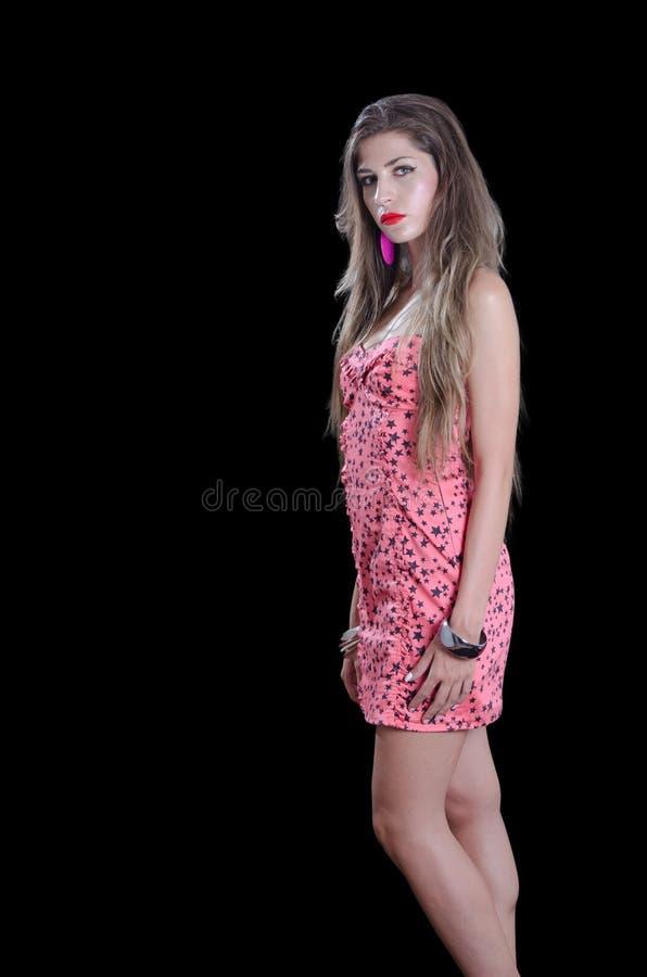 Женщина при очень длинные волосы нося черные звезды печатает не доходя платье стоковые фото