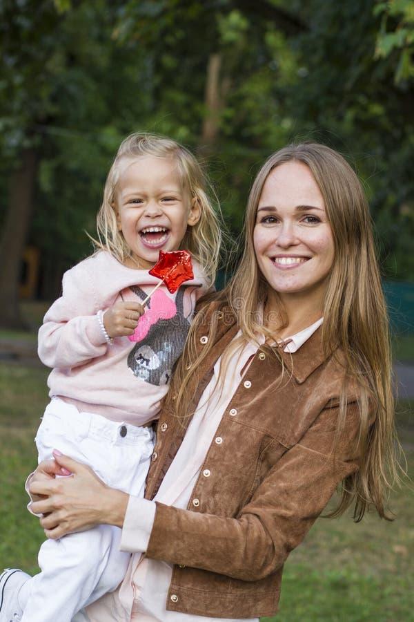 Женщина при ребенок имея потеху в парке стоковые фотографии rf