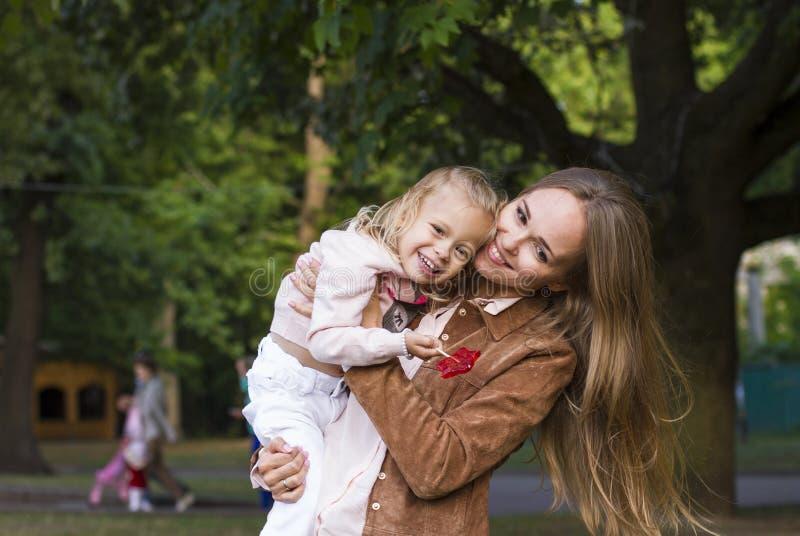 Женщина при ребенок имея потеху в парке стоковое изображение