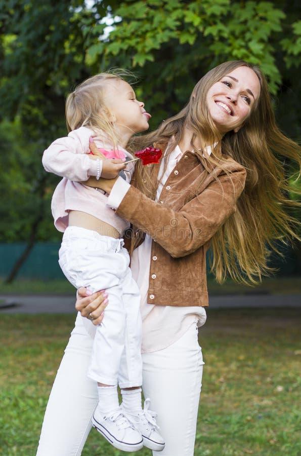Женщина при ребенок имея потеху в парке стоковые изображения