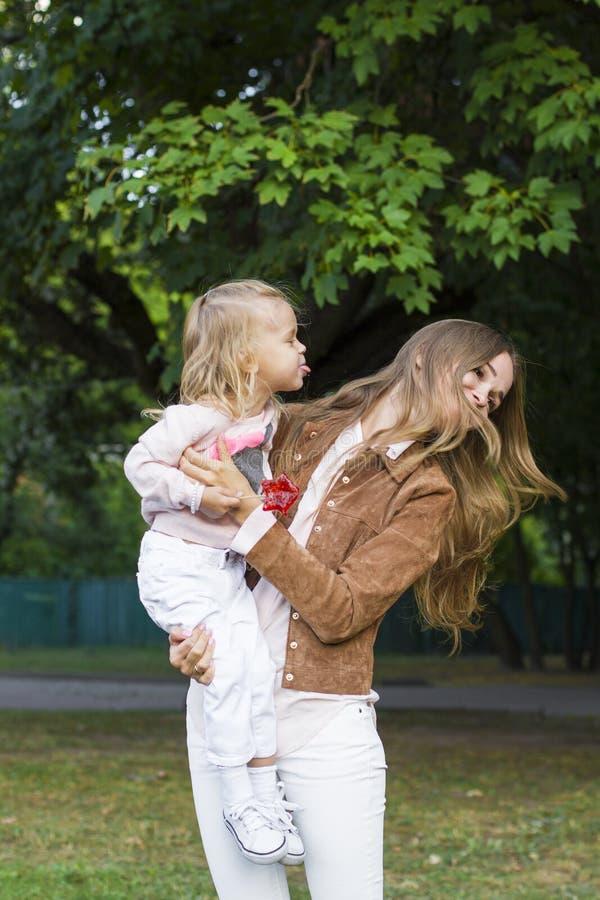 Женщина при ребенок имея потеху в парке стоковые изображения rf