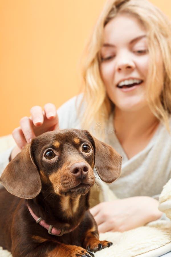 Женщина при собака просыпая вверх в кровати после спать стоковое фото rf