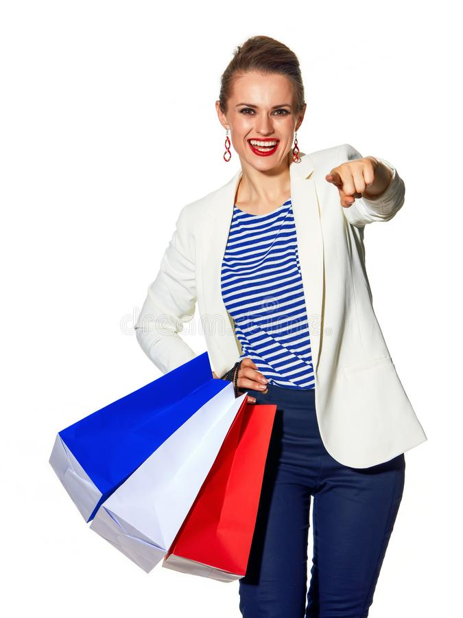 Женщина при хозяйственные сумки изолированные на белый указывать в камеру стоковые изображения