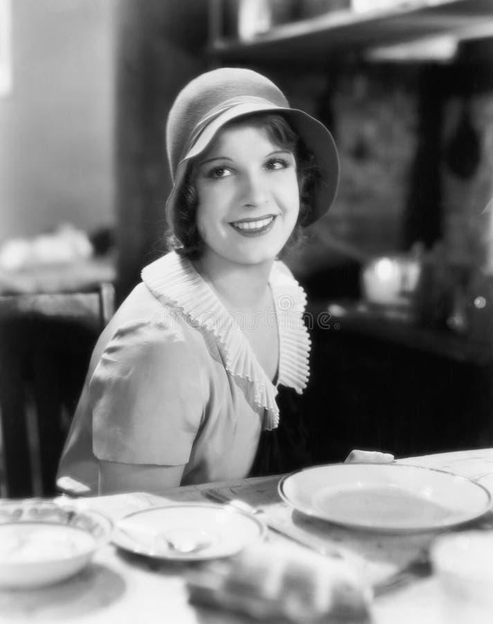 Женщина при шляпа смотря очаровательный (все показанные люди более длинные живущие и никакое имущество не существует Гарантии пос стоковые изображения