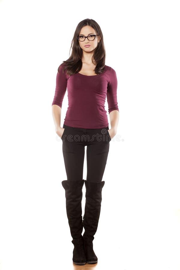 Женщина при eyeglasses нося ботинки стоковое фото rf