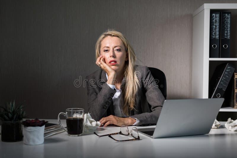 Женщина пробуренная на ее работе стоковое изображение rf