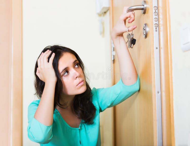 Женщина пробуя к двери замка стоковые фотографии rf