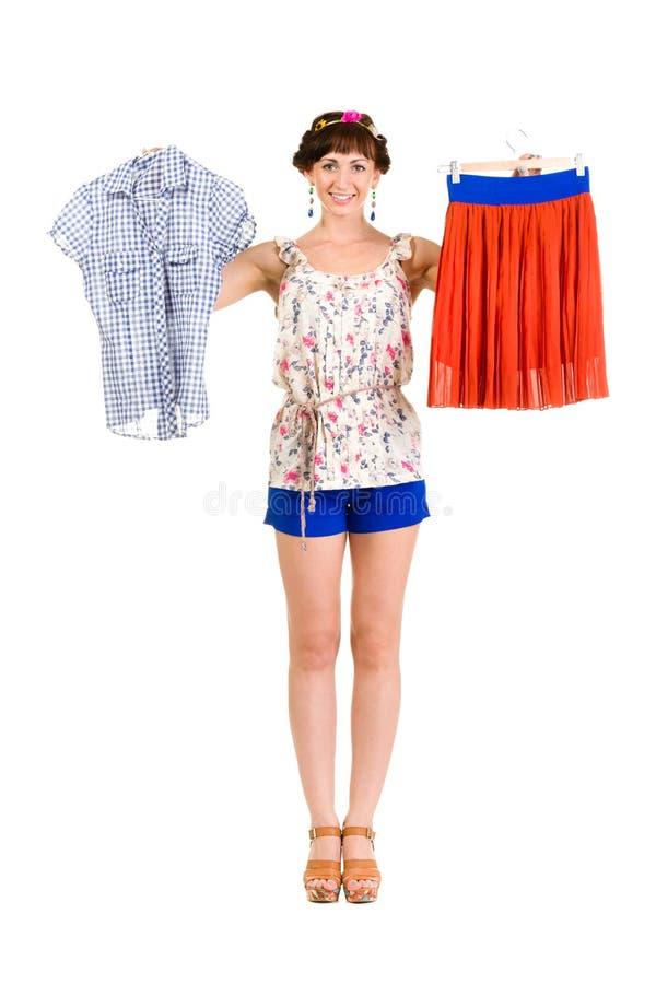Женщина пробуя новую одежду на белизне стоковое фото rf