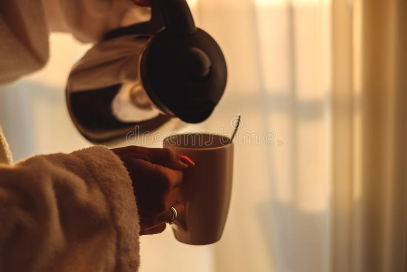 Женщина пробуя полить чай в чашке стоковое фото rf