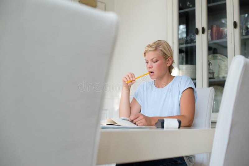 Женщина проверяя счеты и делая бюджетю стоковая фотография rf