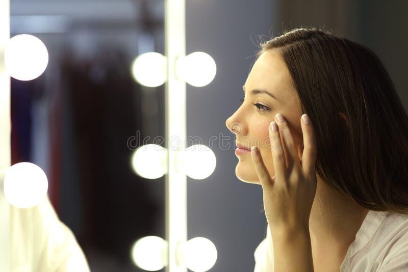 Женщина проверяя для морщинок стоковое фото rf