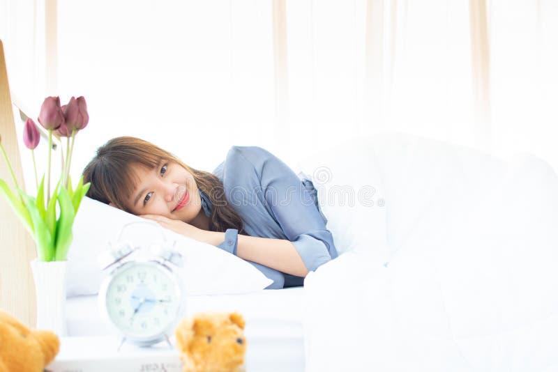Женщина просыпает вверх в утре стоковые фото