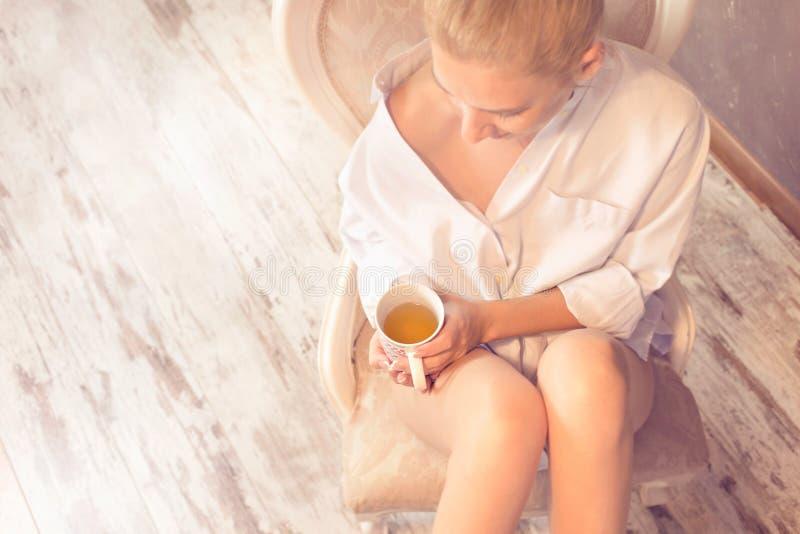 Женщина просыпает вверх в утре выпивая горячий чай стоковые фотографии rf