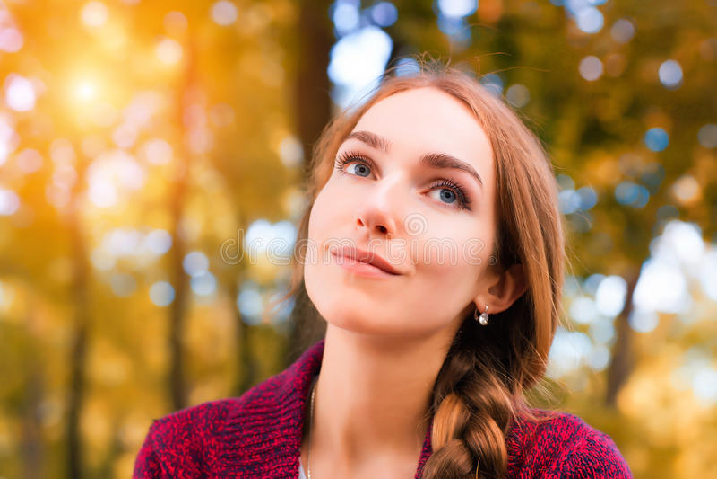 Женщина против солнечной предпосылки осени стоковые фотографии rf