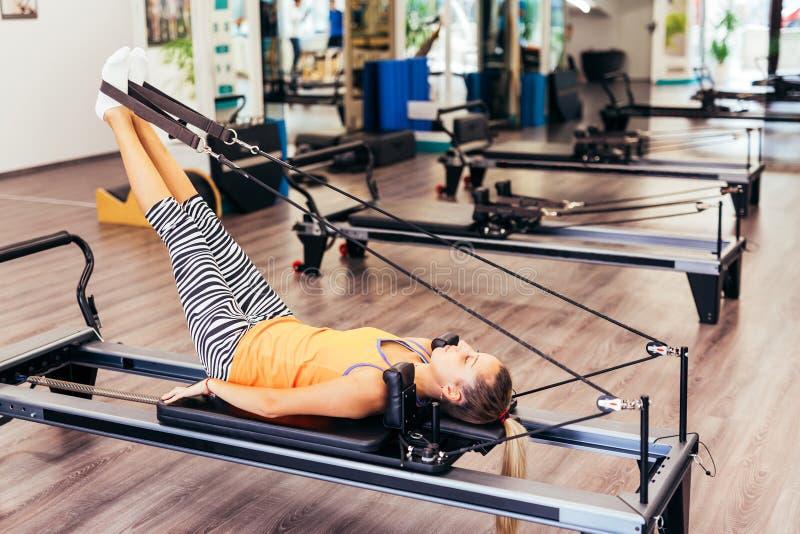 Женщина протягивая в комнате pilates стоковое фото rf