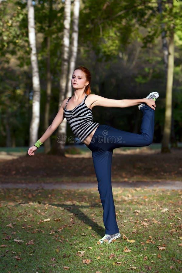 Download Женщина протягивая мышцы перед Jogging Стоковое Изображение - изображение насчитывающей пригодность, тренировка: 33730897