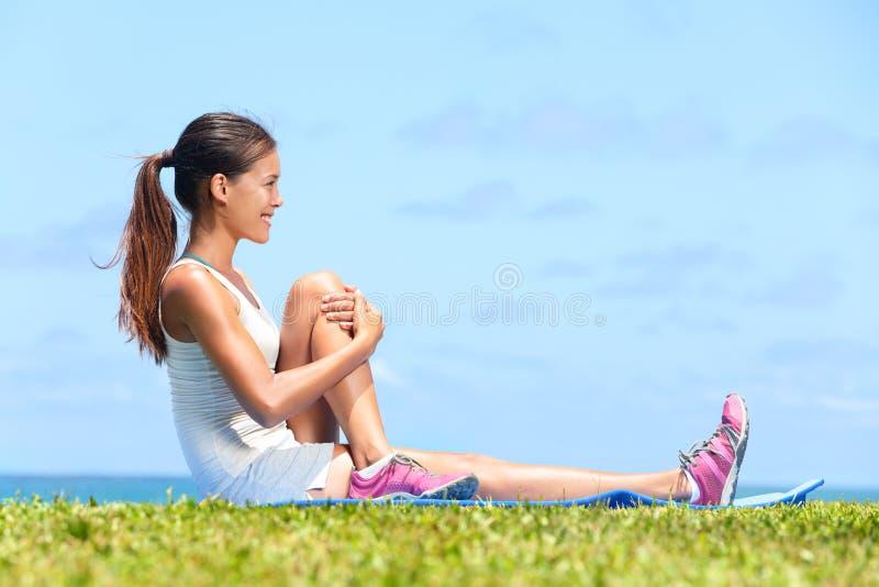 Женщина протягивая тренировку фитнеса glute батокс стоковые изображения rf