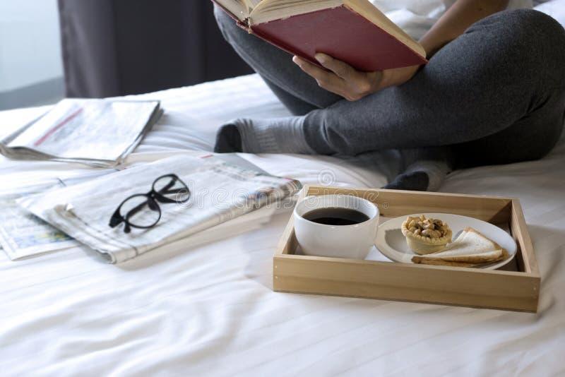 женщина прочитала книгу на кровати стоковые фотографии rf
