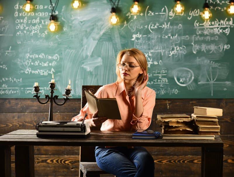 Женщина прочитала роман любовной истории в библиотеке Исследование частного детектива Информация Урок литературы с книгой граммат стоковая фотография rf