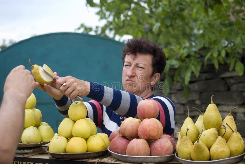Женщина продавая плодоовощи обочиной, Украиной стоковые изображения rf