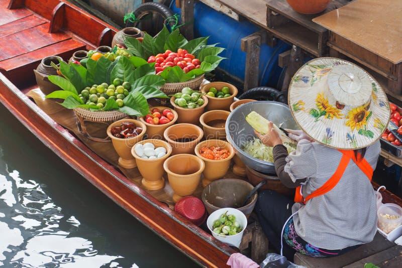 Женщина продавая салат папапайи стоковое изображение